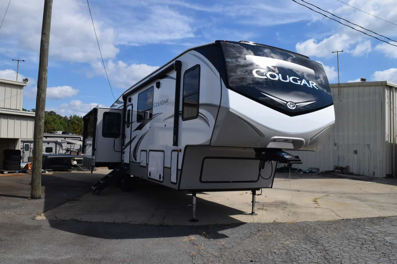 NEW 2022 Keystone COUGAR 368MBI - Three Way Campers